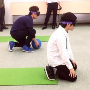 向きを確認し、姿勢を構える訓練生。