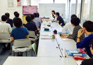 パラリンピックの映像を見る訓練生