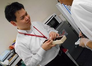 指示を出す濱田さんとメモをとる訓練生