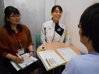 面談する小宮講師と訓練生